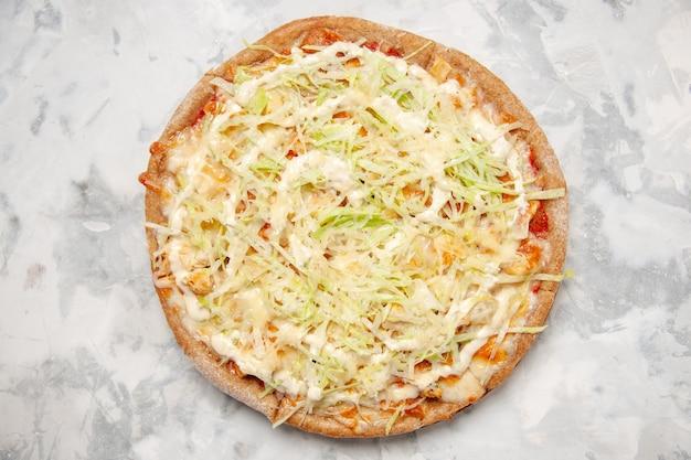 Vista superior de uma deliciosa pizza vegana caseira em uma superfície branca manchada
