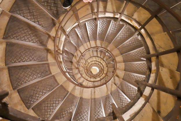 Vista superior de uma escada em espiral interior.