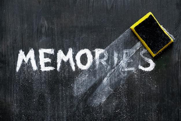 Vista superior de uma frase em ruínas em um quadro negro associado