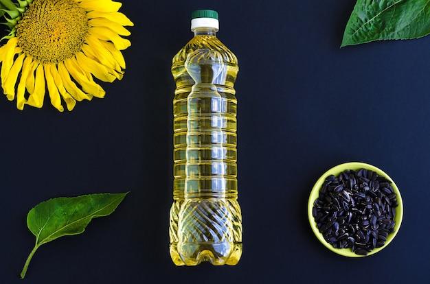 Vista superior de uma garrafa de plástico com óleo de girassol