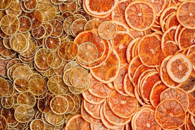 Vista superior de uma grande quantidade de fatias frescas e saborosas de frutas de laranja e limão