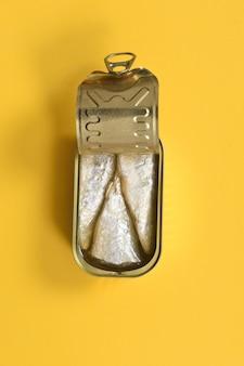 Vista superior de uma lata de sardinha em amarelo