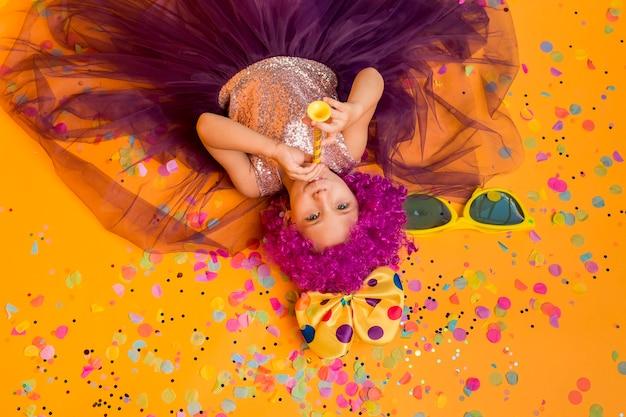 Vista superior de uma linda garota com peruca de palhaço