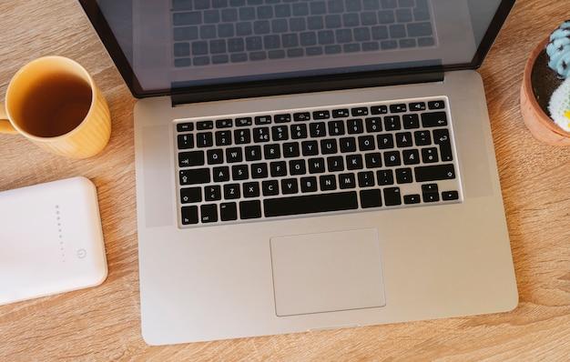 Vista superior de uma mesa com laptop, mesa de madeira