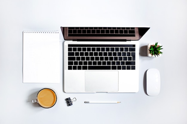 Vista superior de uma mesa com material de escritório