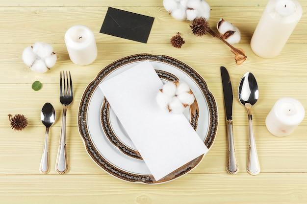 Vista superior de uma mesa de casamento com decorações