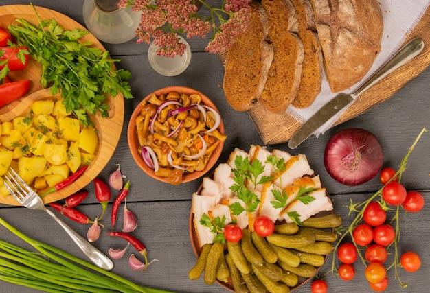 Vista superior de uma mesa de madeira estilo country cheia de produtos artesanais frescos e deliciosos petiscos rústicos