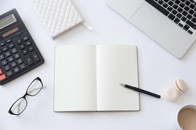 Vista superior de uma mesa de trabalho com caderno aberto
