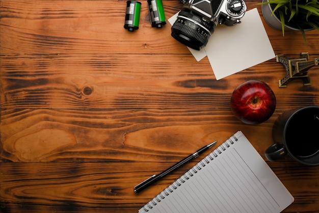 Vista superior de uma mesa rústica com câmera de notebook e suprimentos na sala de home office