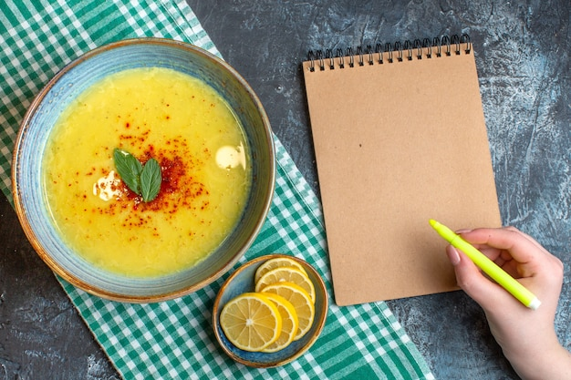 Vista superior de uma panela azul com sopa saborosa servida com hortelã