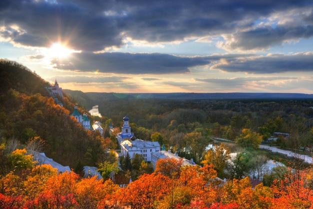 Vista superior de uma pequena aldeia de igrejas de montanha