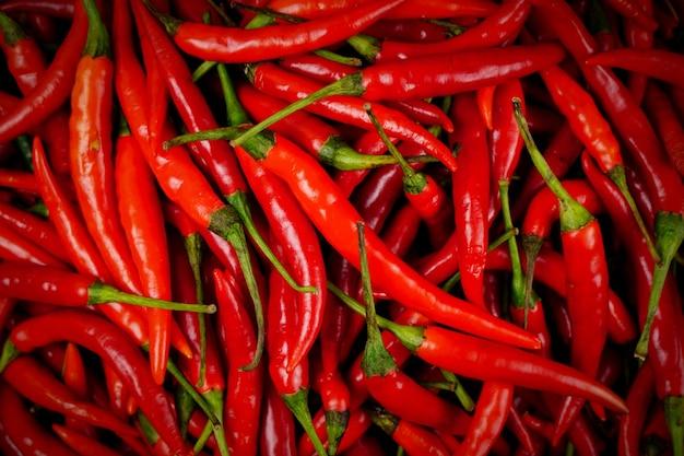 Vista superior de uma pilha de chili fresco e pimentas vermelhas maduras texturas de fundo ou modelos para simular