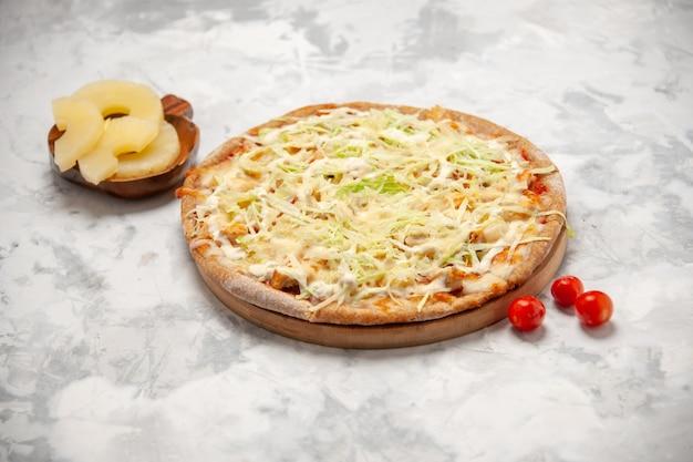Vista superior de uma pizza caseira de abacaxi seco e tomate em uma superfície branca manchada