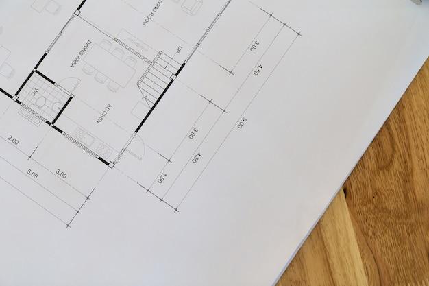 Vista superior de uma planta arquitetônica com detalhes em preto e branco na mesa do arquiteto