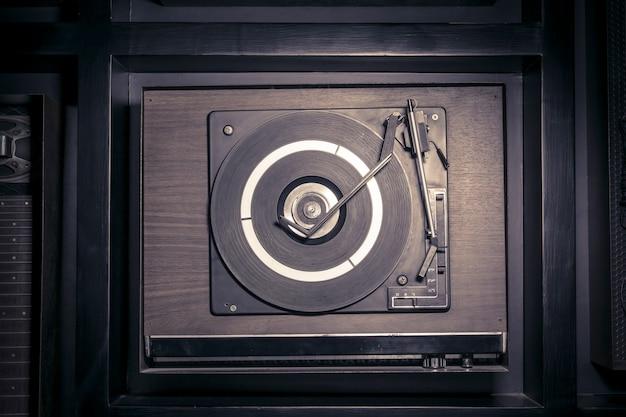 Vista superior de uma plataforma giratória à moda antiga, tocando uma faixa de para vinil