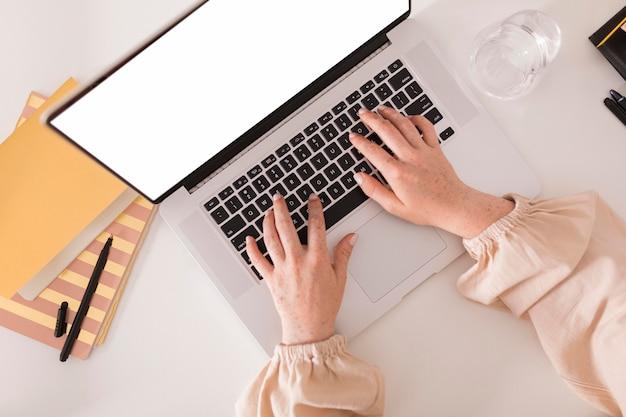 Vista superior de uma professora usando laptop durante a aula online