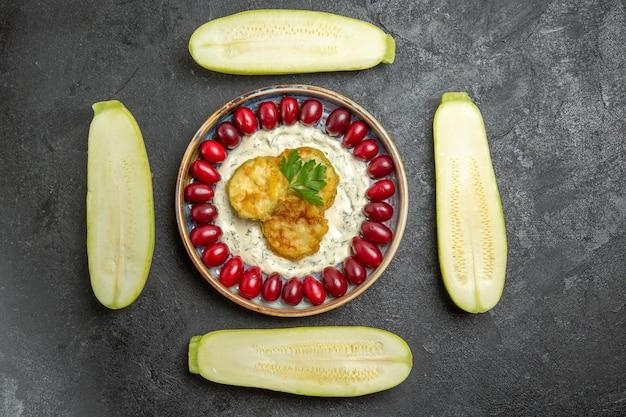 Vista superior de uma saborosa refeição de abóbora com dogwoods e abóbora fresca na superfície cinza