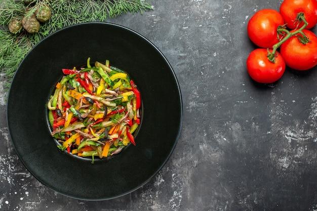 Vista superior de uma saborosa salada de vegetais em superfície escura