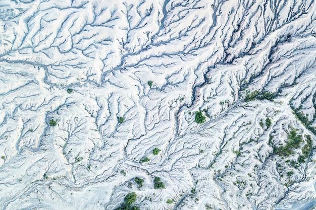 Vista superior de uma terra montanhosa com neve