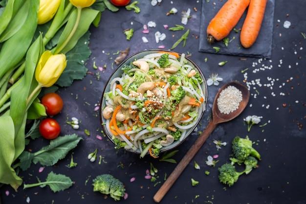 Vista superior de uma tigela da deliciosa salada vegana