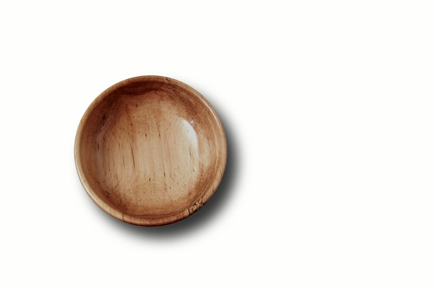 Vista superior de uma tigela de madeira vazia isolada no branco
