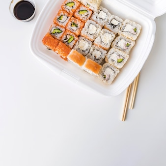Vista superior de uma tigela de puxão com sushi