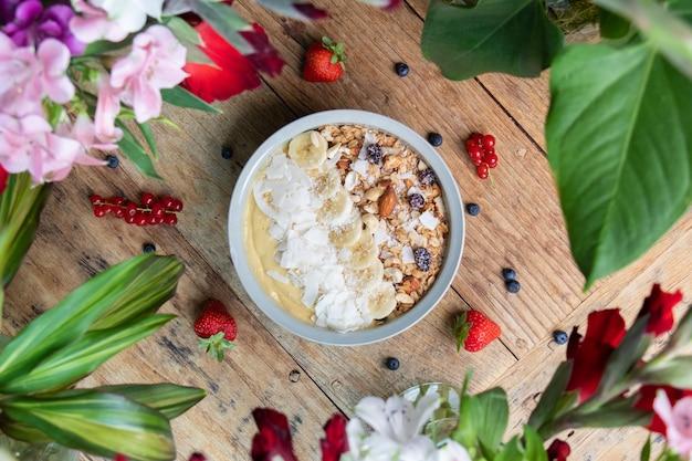 Vista superior de uma tigela de smoothie saudável com frutas e granola