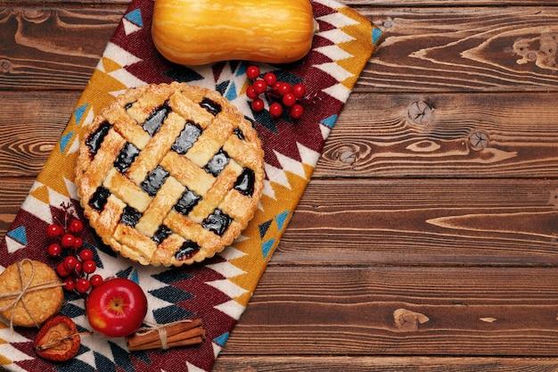 Vista superior de uma torta de ação de graças na mesa de madeira marrom