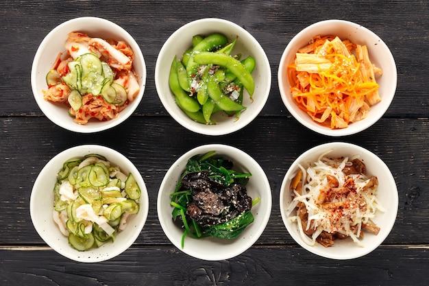 Vista superior de uma variedade de aperitivos com cobertura asiática