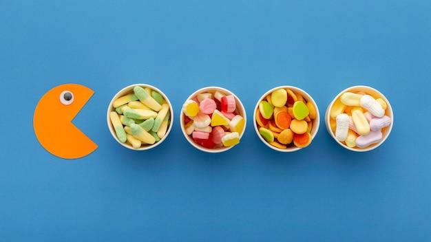 Vista superior de uma variedade de doces em copos