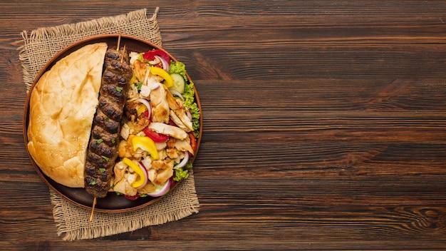 Vista superior de uma variedade de kebabs saborosos e espaço de cópia