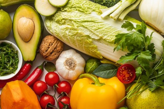 Vista superior de uma variedade de vegetais frescos
