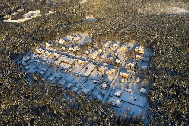Vista superior de uma vila de verão no inverno na floresta perto de minsk. bielo-rússia.