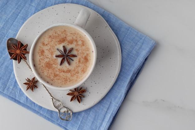 Vista superior de uma xícara com chá indiano de masala com especiarias