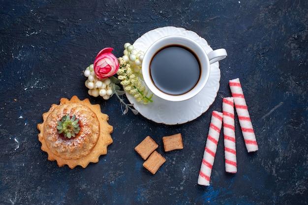 Vista superior de uma xícara de café com balas rosa e delicioso bolo em azul, bolo doce biscoito café bebida