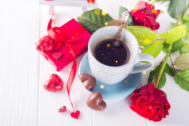 Vista superior de uma xícara de café e chocolates. simbolismo dia dos namorados