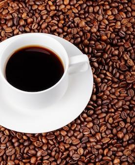 Vista superior de uma xícara de café em grãos de café
