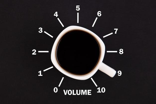 Vista superior de uma xícara de café na forma de controle de volume do nível mínimo ao máximo