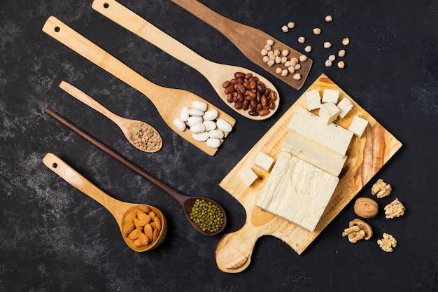 Vista superior de utensílios de cozinha com grãos