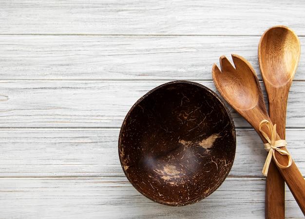 Vista superior de utensílios de cozinha de talheres de madeira em um fundo de madeira, camada plana