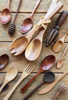 Vista superior de utensílios de cozinha de talheres de madeira em uma superfície de madeira velha