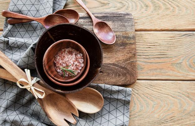 Vista superior de utensílios de cozinha de talheres de madeira em uma superfície de madeira