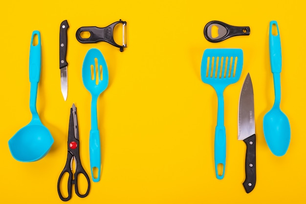 Vista superior de utensílios de cozinha elegante, isolado no fundo amarelo