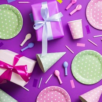 Vista superior de utensílios de mesa e elementos de aniversário