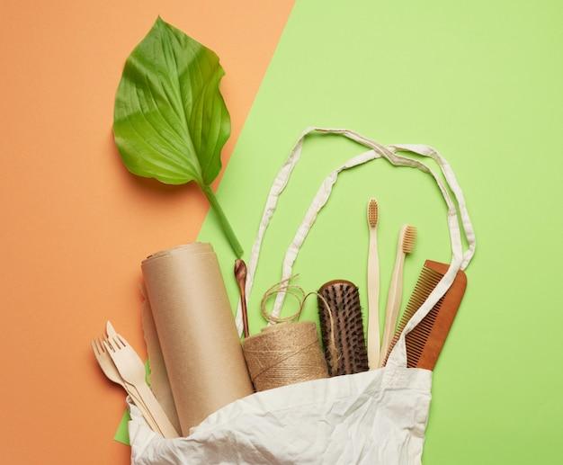 Vista superior de utensílios de papel descartáveis de papel artesanal marrom e materiais reciclados