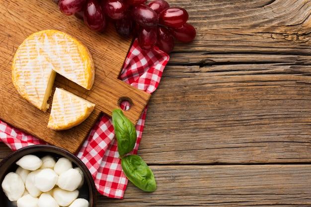 Vista superior de uvas e queijo com espaço de cópia
