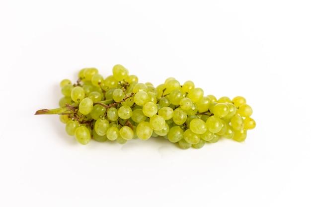 Vista superior de uvas frescas e suculentas verde suave no fundo branco