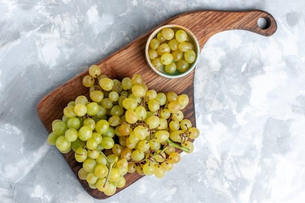 Vista superior de uvas verdes frescas suaves e suculentas na luz, fruta fresca vinho luz