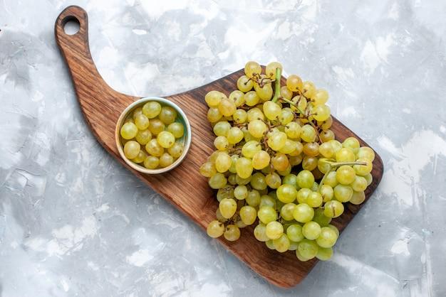Vista superior de uvas verdes frescas suculentas e maduras em vitamina de vinho de frutas frescas e brancas