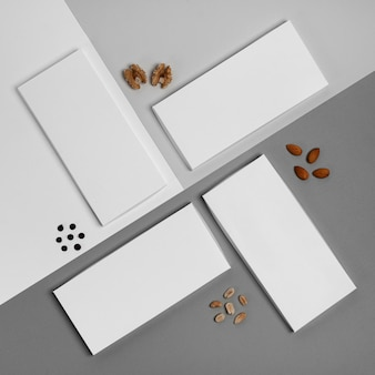 Vista superior de várias embalagens de barras de chocolate com variedade de nozes